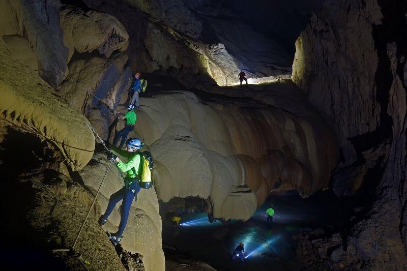 Lễ 30-4: Tour độc lạ vào hang, băng rừng, leo núi... đắt khách - ảnh 3