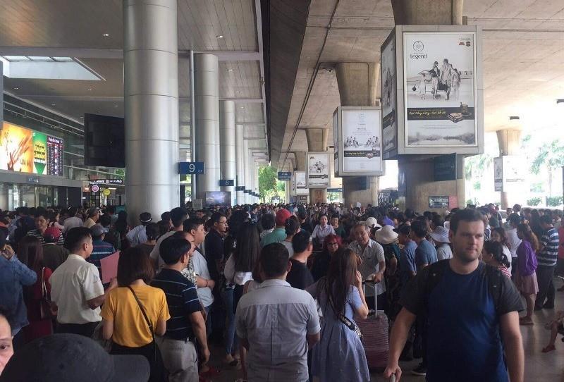 Sân bay Tân Sơn Nhất nhộn nhịp đón Việt kiều về quê ăn Tết - ảnh 1