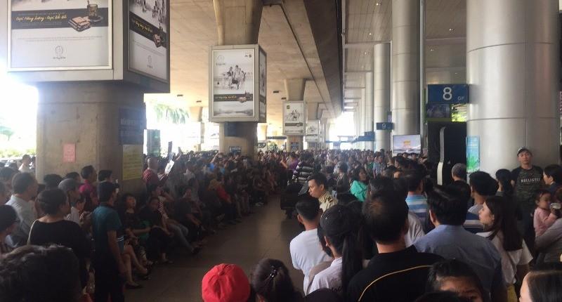 Sân bay Tân Sơn Nhất nhộn nhịp đón Việt kiều về quê ăn Tết - ảnh 2