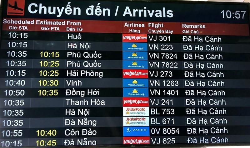 Hậu lễ, máy bay tấp nập trả khách ở sân bay Tân Sơn Nhất - ảnh 2