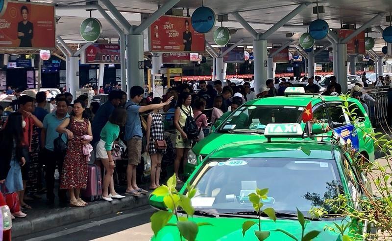 Hậu lễ, máy bay tấp nập trả khách ở sân bay Tân Sơn Nhất - ảnh 3