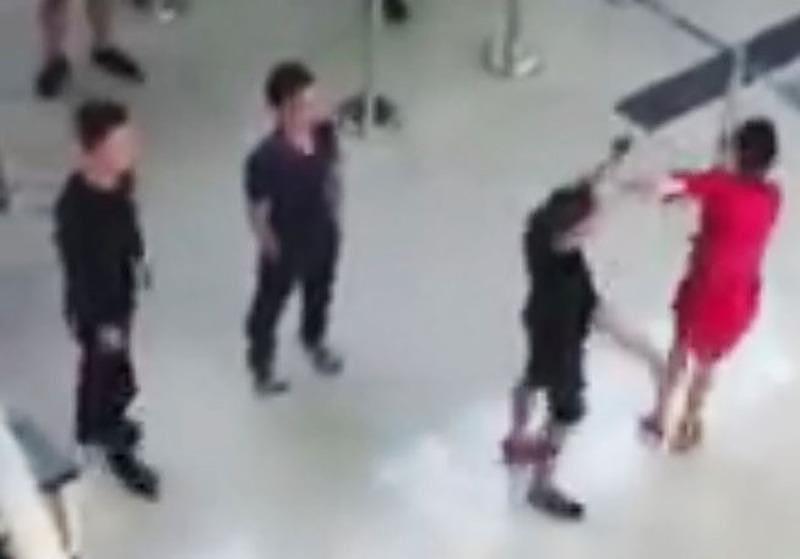 Nhân viên an ninh sân bay Thọ Xuân lại bị đánh - ảnh 1