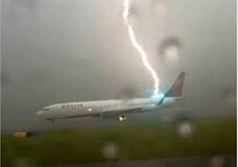 Mây mù, giông: Nỗi khổ khi cất hạ cánh tại sân bay phía Bắc - ảnh 1