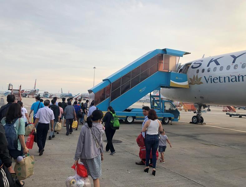Khách bay giữa Hà Nội - TP.HCM có lối lên máy bay riêng - ảnh 1