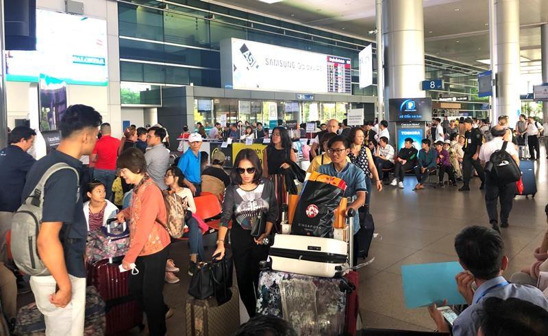 Biển người đón Việt kiều về quê ăn tết chật kín sân bay - ảnh 3