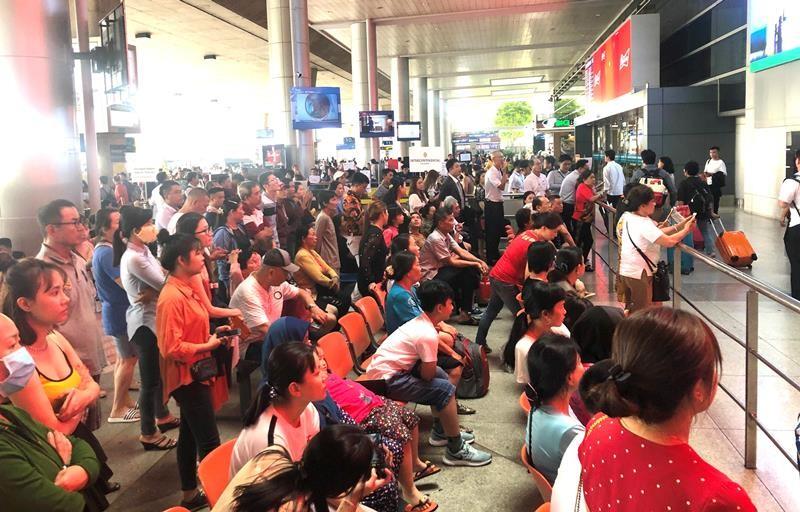 Biển người đón Việt kiều về quê ăn tết chật kín sân bay - ảnh 1