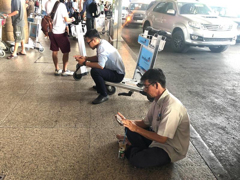 Biển người đón Việt kiều về quê ăn tết chật kín sân bay - ảnh 6
