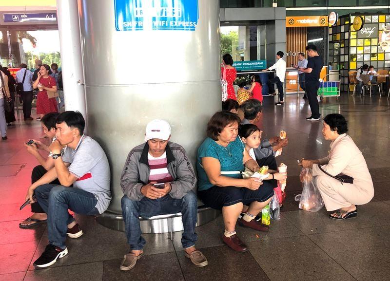 Biển người đón Việt kiều về quê ăn tết chật kín sân bay - ảnh 5