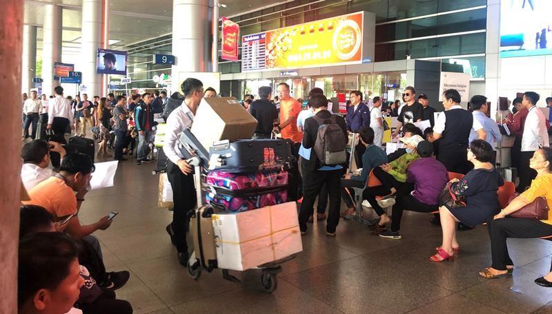 Biển người đón Việt kiều về quê ăn tết chật kín sân bay - ảnh 4