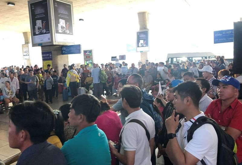 Sân bay Tân Sơn Nhất: Biển người chen chân về quê đón tết - ảnh 8