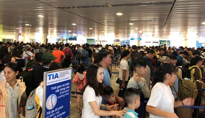 Sân bay Tân Sơn Nhất: Biển người chen chân về quê đón tết - ảnh 2