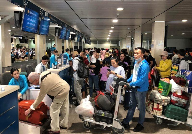 Sân bay Tân Sơn Nhất: Biển người chen chân về quê đón tết - ảnh 4