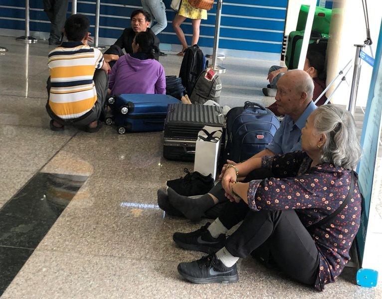 Sân bay Tân Sơn Nhất: Biển người chen chân về quê đón tết - ảnh 6