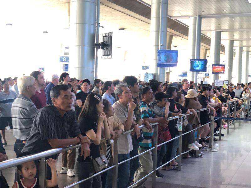 Sân bay Tân Sơn Nhất: Biển người chen chân về quê đón tết - ảnh 9