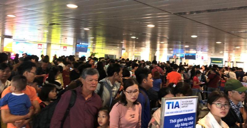 Sân bay Tân Sơn Nhất: Biển người chen chân về quê đón tết - ảnh 1