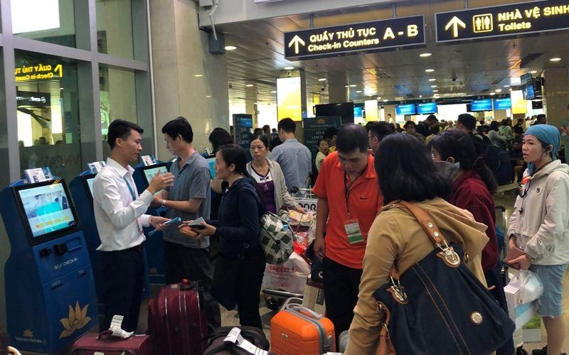 Sân bay Tân Sơn Nhất: Biển người chen chân về quê đón tết - ảnh 5