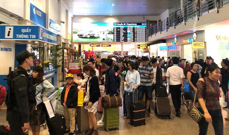 Sân bay Tân Sơn Nhất đạt kỷ lục gần 1.000 chuyến bay/ngày - ảnh 2