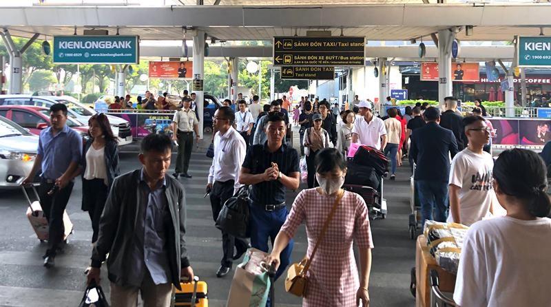 Sân bay Tân Sơn Nhất đạt kỷ lục gần 1.000 chuyến bay/ngày - ảnh 1