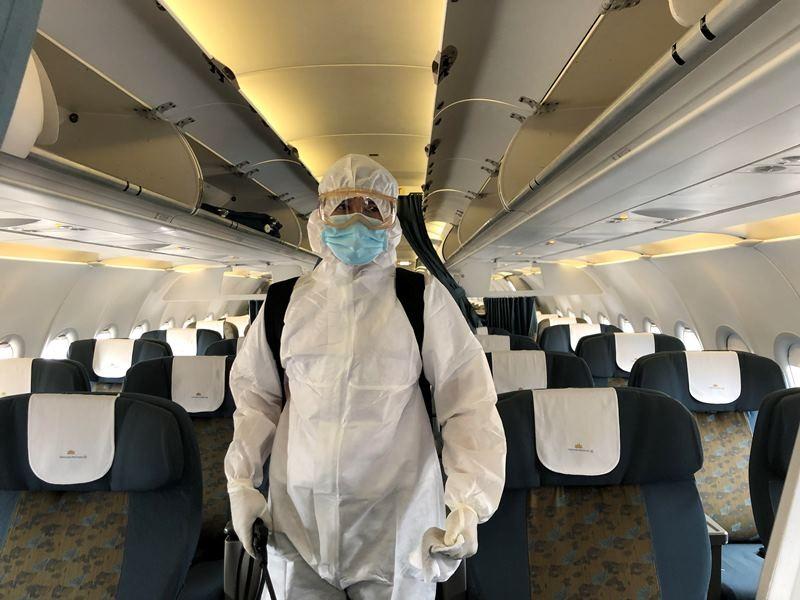 Cận cảnh khử trùng máy bay tại Tân Sơn Nhất - ảnh 8