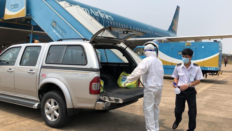 Cận cảnh khử trùng máy bay tại Tân Sơn Nhất - ảnh 10