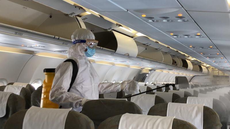 Cận cảnh khử trùng máy bay tại Tân Sơn Nhất - ảnh 7