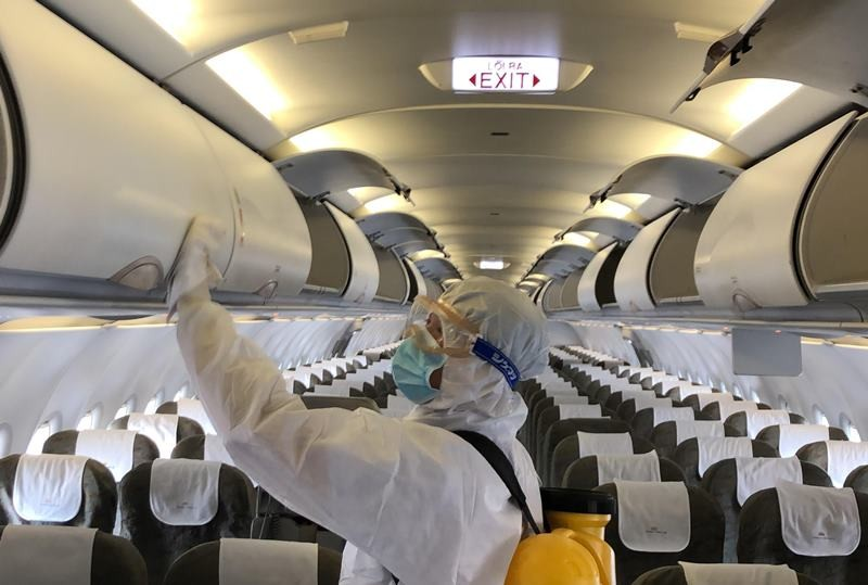 Cận cảnh khử trùng máy bay tại Tân Sơn Nhất - ảnh 3