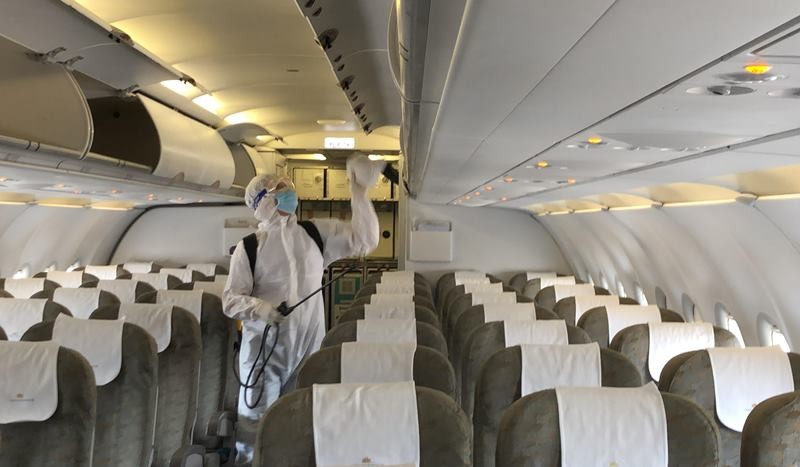 Cận cảnh khử trùng máy bay tại Tân Sơn Nhất - ảnh 2