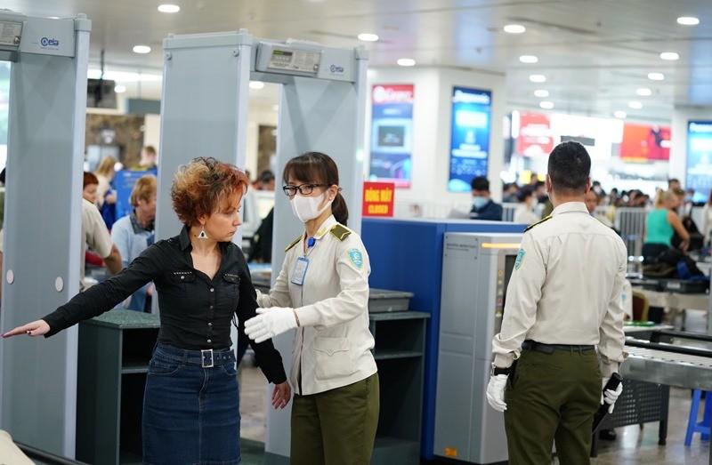 Khách đi máy bay bắt buộc phải đeo khẩu trang - ảnh 1