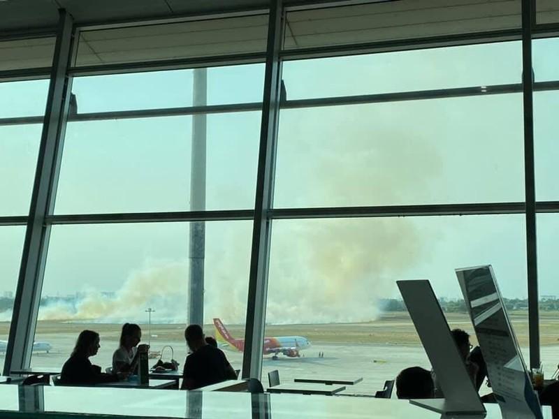 Máy bay nổ lốp khi chạy đà tại sân bay Tân Sơn Nhất - ảnh 2