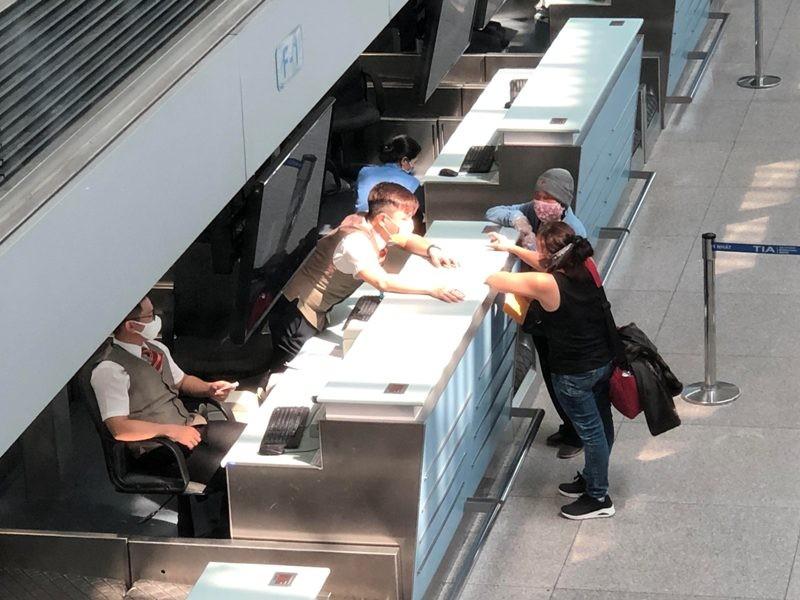 Cận cảnh sân bay phục vụ 38 triệu khách đìu hiu thời COVID-19 - ảnh 8