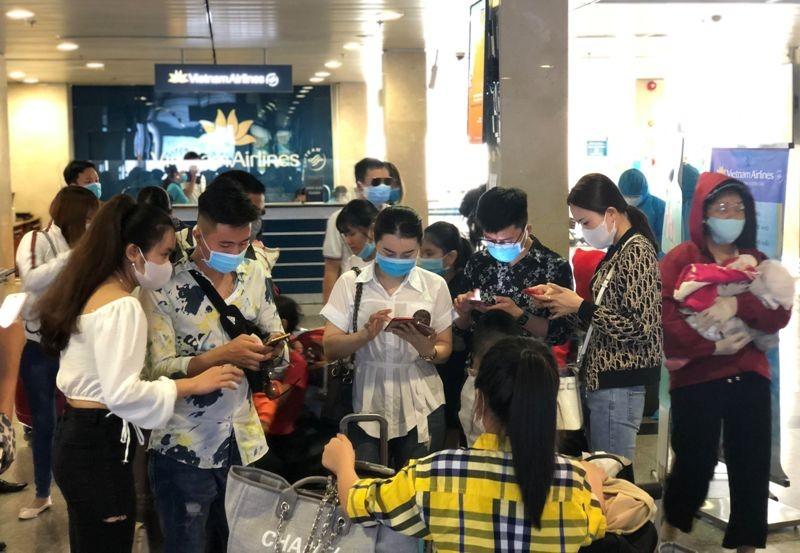 Khách nghiêm túc khai báo y tế qua ứng dụng tại Tân Sơn Nhất - ảnh 2