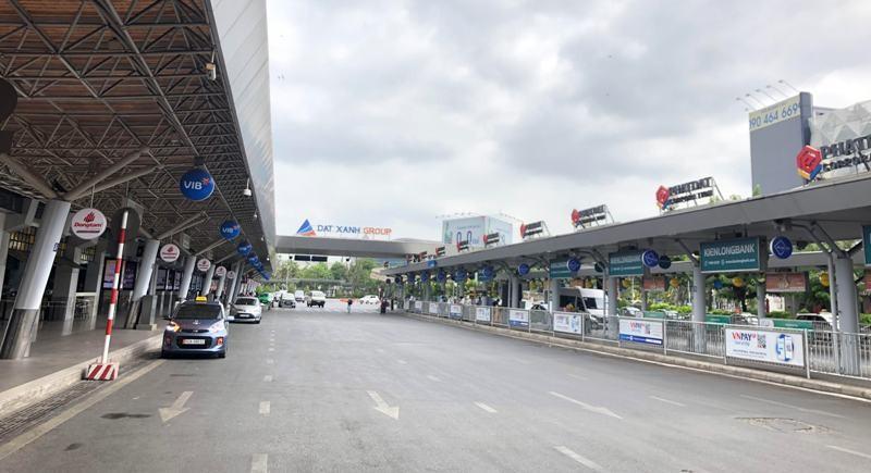 Khách nghiêm túc khai báo y tế qua ứng dụng tại Tân Sơn Nhất - ảnh 9