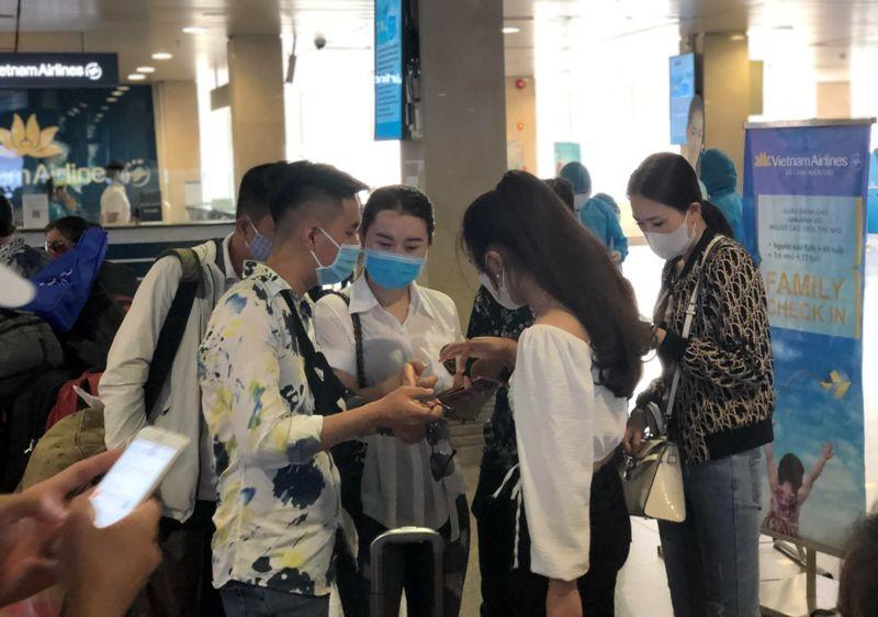 Khách nghiêm túc khai báo y tế qua ứng dụng tại Tân Sơn Nhất - ảnh 5