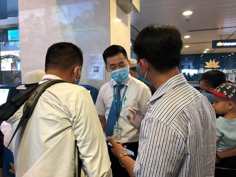 Khách nghiêm túc khai báo y tế qua ứng dụng tại Tân Sơn Nhất - ảnh 4