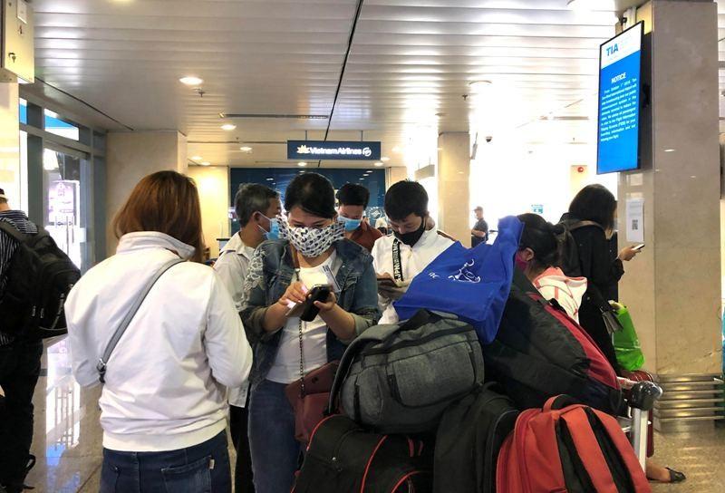 Khách nghiêm túc khai báo y tế qua ứng dụng tại Tân Sơn Nhất - ảnh 6