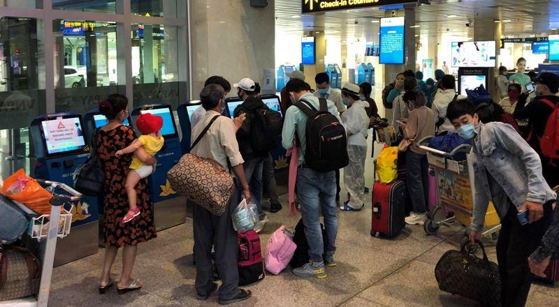 Khách nghiêm túc khai báo y tế qua ứng dụng tại Tân Sơn Nhất - ảnh 7