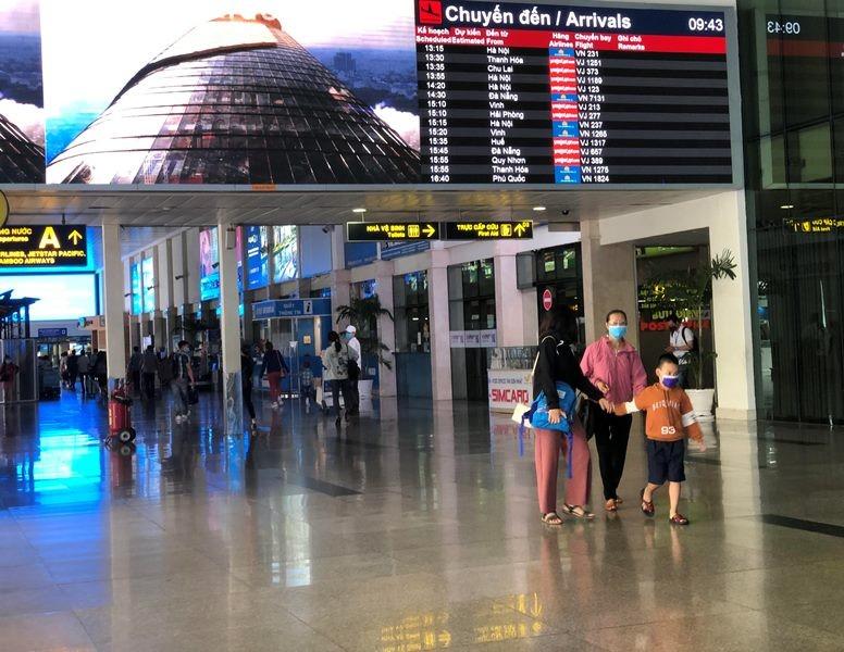 Phi trường Tân Sơn Nhất trống vắng khi giảm kỷ lục chuyến bay - ảnh 2