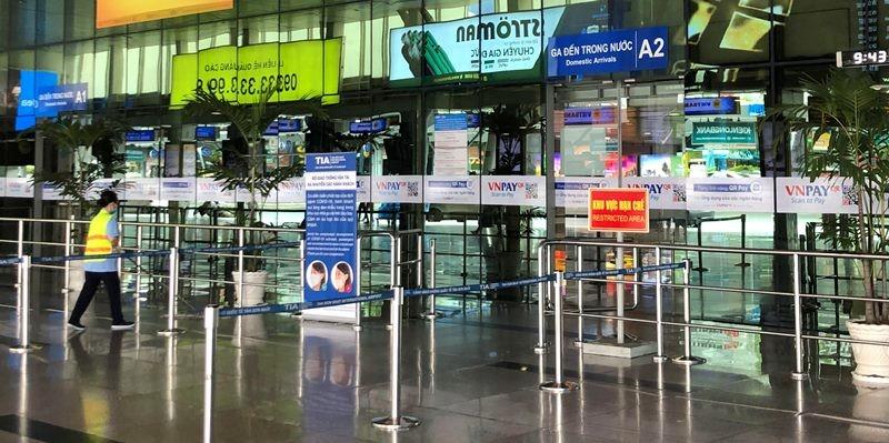 Phi trường Tân Sơn Nhất trống vắng khi giảm kỷ lục chuyến bay - ảnh 3