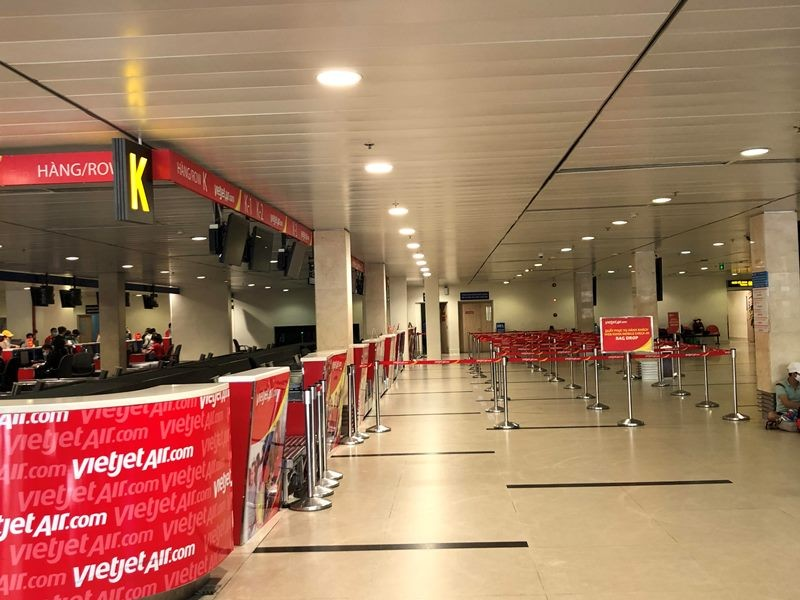 Phi trường Tân Sơn Nhất trống vắng khi giảm kỷ lục chuyến bay - ảnh 6