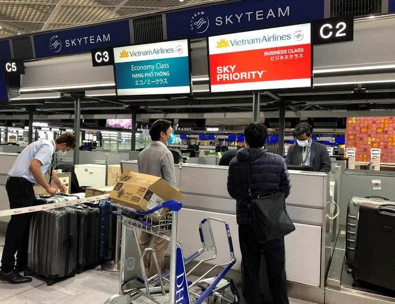 Đón 12 công dân mắc kẹt 10 ngày ở sân bay Nhật về nước - ảnh 1