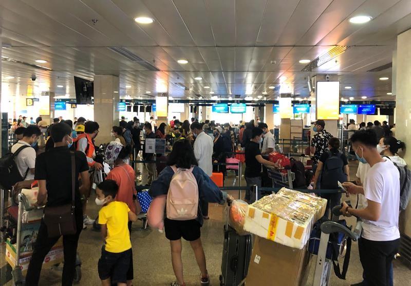 Lễ 30-4, sân bay Tân Sơn Nhất 'bận rộn' trở lại - ảnh 1