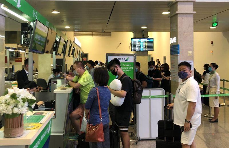 Lễ 30-4, sân bay Tân Sơn Nhất 'bận rộn' trở lại - ảnh 2