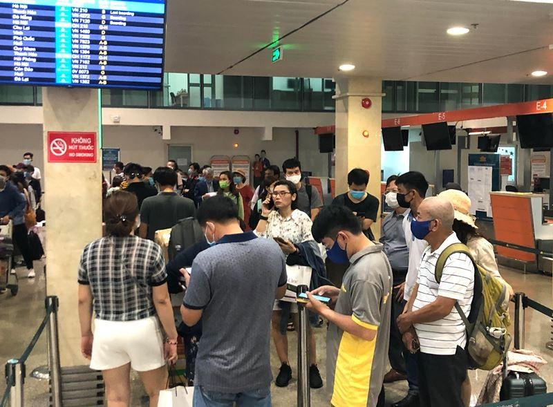 Lễ 30-4, sân bay Tân Sơn Nhất 'bận rộn' trở lại - ảnh 4