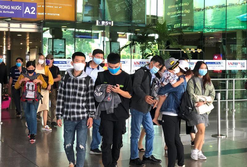 Lễ 30-4, sân bay Tân Sơn Nhất 'bận rộn' trở lại - ảnh 3