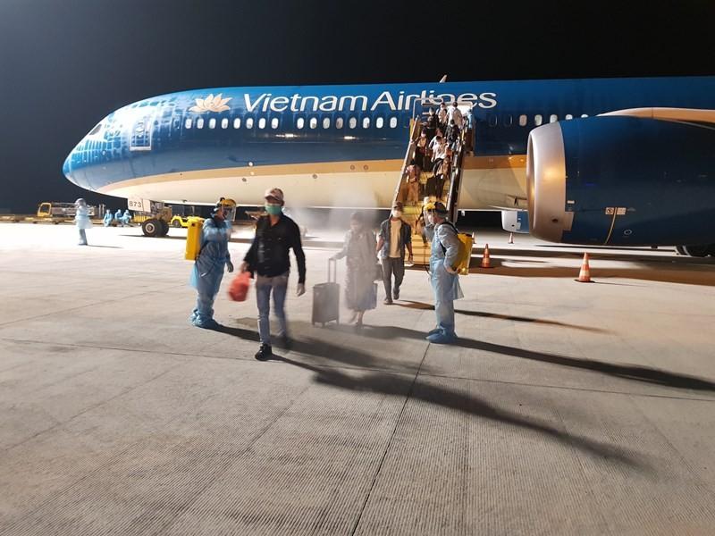 Chuyến bay đầu tiên đến Trung Đông đưa công dân về nước - ảnh 1