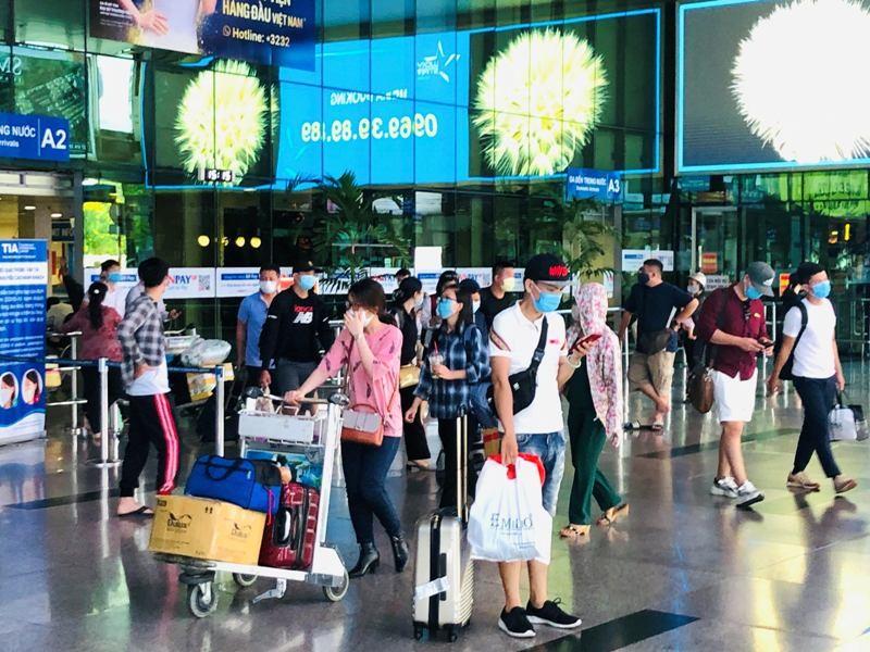 Sân bay Tân Sơn Nhất sôi động sau thời gian dài yên ắng - ảnh 1