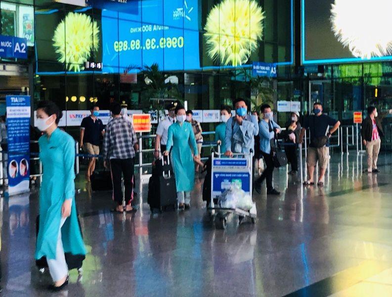 Sân bay Tân Sơn Nhất sôi động sau thời gian dài yên ắng - ảnh 2