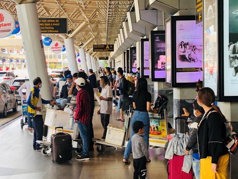 Sân bay Tân Sơn Nhất sôi động sau thời gian dài yên ắng - ảnh 3