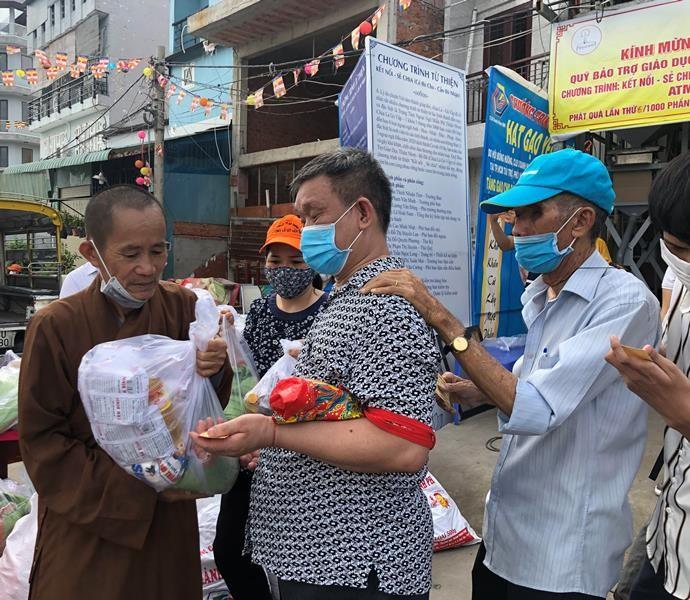 Chùa dạy miễn phí 6 ngoại ngữ, phát gạo cho người nghèo  - ảnh 2