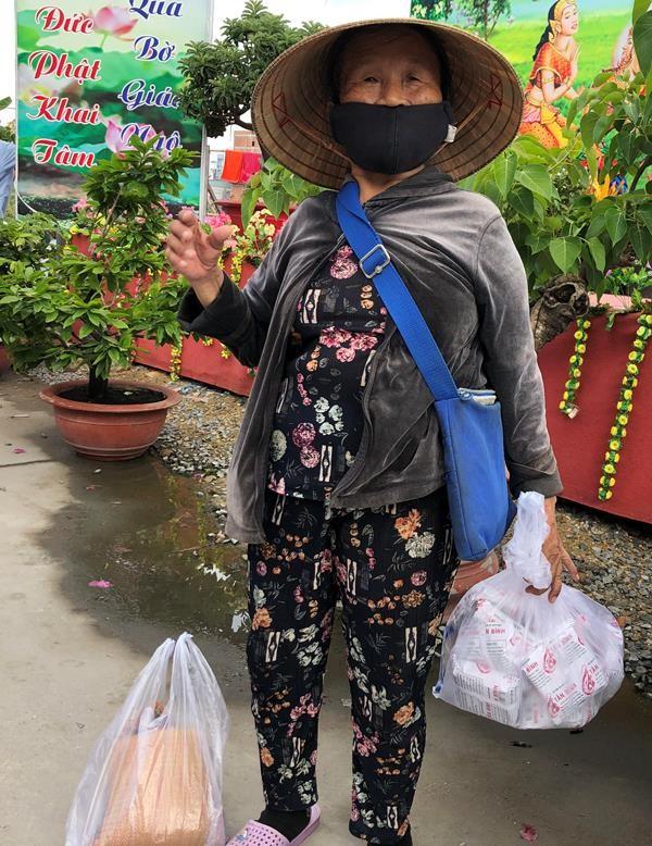 Chùa dạy miễn phí 6 ngoại ngữ, phát gạo cho người nghèo  - ảnh 3
